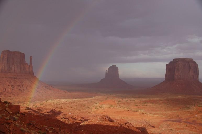 Ausblick aus dem Zimmer in das mythische Monumentvalley, nach einem kurzen Gewitter