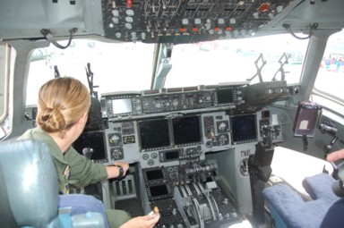 Cockpit der C-17 Globemaster III