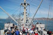 Zuerst mit der Jeremiah O'Brien unter der Golden Gate Bridge durch und dann die Airshow über der San Francisco Bay genau in der Flugachse geniessen.